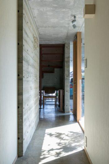 手前が事務所。奥の塗装を施したエキスパンドメタルの階段がそれぞれのフロアをつなぐ。