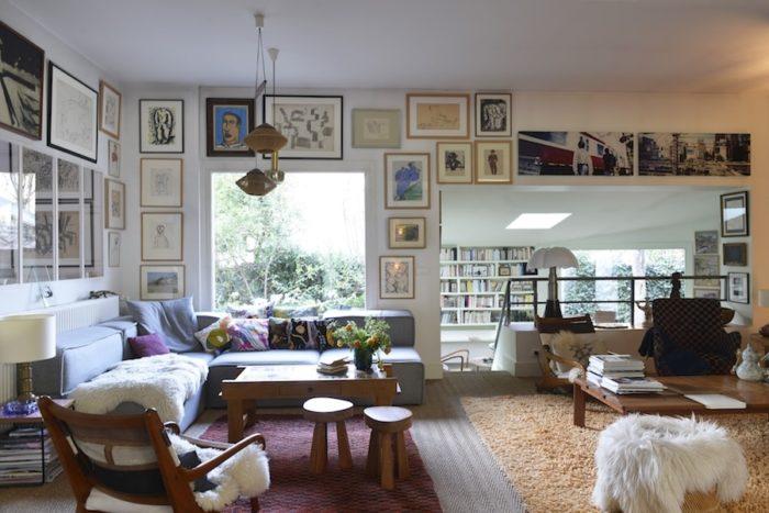 玄関を入るとすぐに広々としたリビングが展開する。大きく取った窓から室内に入り込む外の景色の効果で、その右側の書斎部分が半分外に出ているような錯覚に。