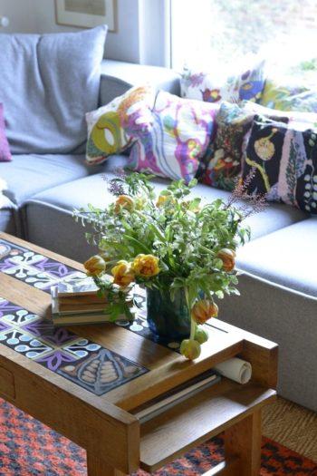 窓辺同様、室内にも花を。切り花は近所に立つマルシェで買ってくる。