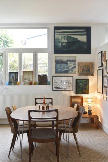 ダイニングテーブルのコーナー。友人を招いての食事や家族揃ってテーブルを囲む時はダイニングテーブル、普段の朝食や一人で簡単に食事をとる時はキッチンで、というのがフランスの一般的なスタイル。