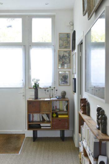 デザイナー家具や、ブロカントで見つけた古道具、インドから持ち帰ったオブジェ、取集しているアート作品などを玄関に。キャビネットはEscandeのもの。