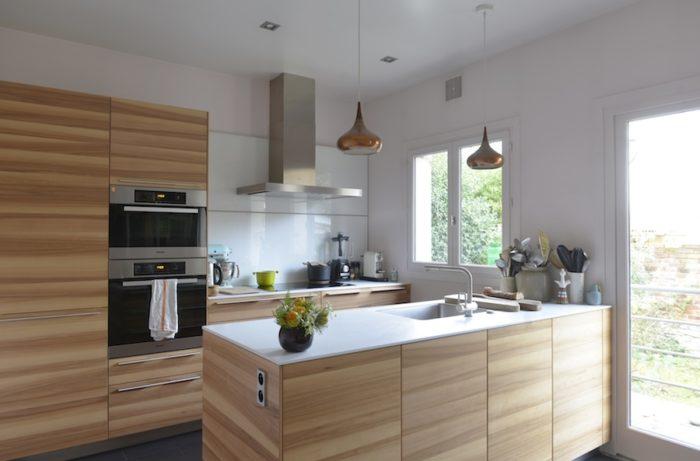 改装したキッチン。ガラス張りのドアが庭との一体感をもたらす。ここを出るとウッドデッキ。