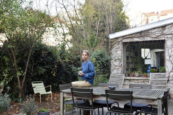 「5月は塀全体がバラで覆われます」とアンジェリックさん。天気がよければテラスで朝食をとったり、友人を招いてアペリチフを楽しんだり、一人で読書をしたりと、庭は生活空間の一部だ。