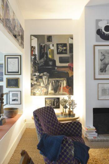書斎手前の暖炉コーナーには、一人掛けソファを数脚置いている。壁全体をアートで覆いつつ空間全体を調和させるコツは、アンジェリックさん曰く「まずは試してみること。実際に試してみて、気づいた部分を動かし調査委すればいいのです」。