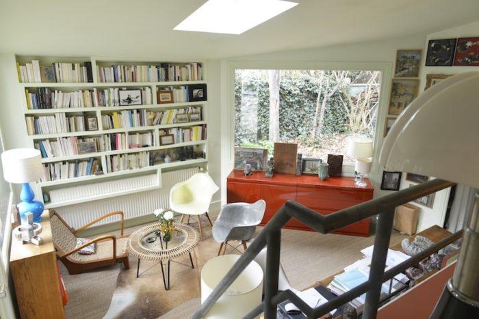 半オープンに設計した夫の書斎コーナー。壁や仕切りはないが、一段低く書斎を設置したことで、空間の広がりと採光を得つつ精神的仕切りを実現している。