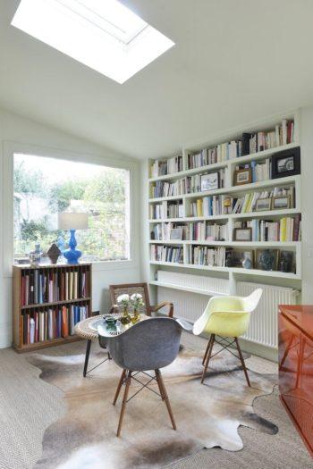 夫の書斎の本棚コーナー。外の塀と平行に窓を設置せず、庭に対して対角に窓の景色が広がるよう工夫したおかげで、庭の緑の奥行きを効果的に室内に取り入れている。本棚はマルティーヌさん(*以前取材しています)のパートナーのベルントさんによるオーダーメイド品。