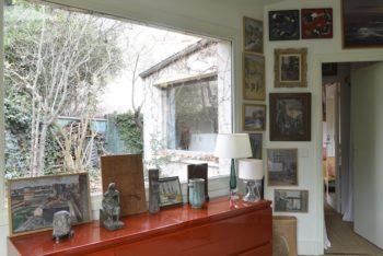 夫の書斎から夫婦の寝室へ。書斎も寝室も、窓の効果が面白い。
