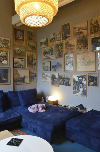 テレビルームの壁面を飾るのは、4年間暮らしたインドから持ち帰った水彩画。かの地のアーティストDagheの作品でまとめた。
