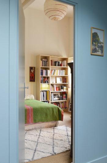 アンジェリックさんの書斎兼客用の寝室入り口。階段を上がった廊下部分は、壁も天井もブルーのグラデーションでペイントしている。