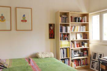 アンジェリックさんの書斎兼客用の寝室。ベッドカバーはインドから持ち帰ったもの。
