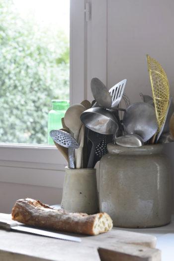 キッチンの道具はブロカントで購入したもの、スウェーデンから持ち帰ったもの、作家のオブジェなどさまざま。