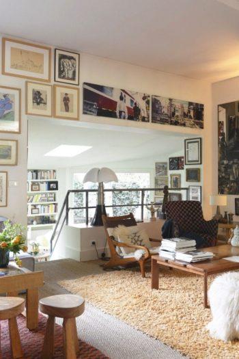 リビングの先、一段低くなったスペースは夫の書斎コーナー。その奥に夫婦の寝室がある。
