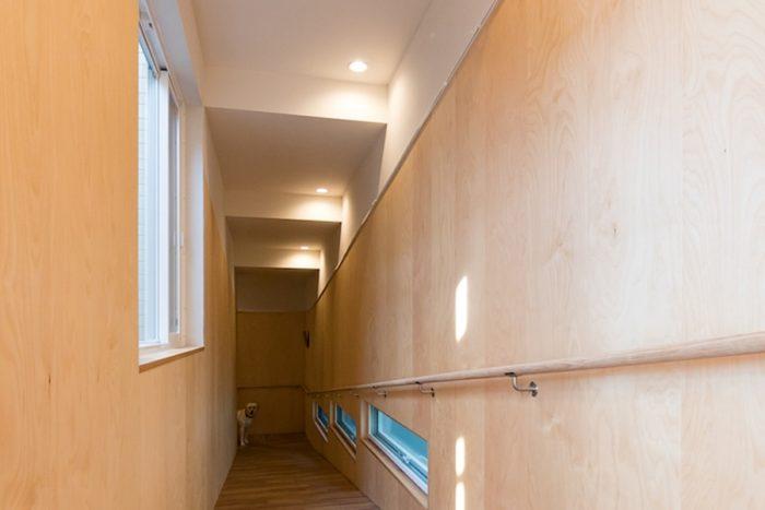 1階から2階を結ぶスロープ。家の外周にあることで犬の鳴き声を外にもれにくくする緩衝帯の役目も。