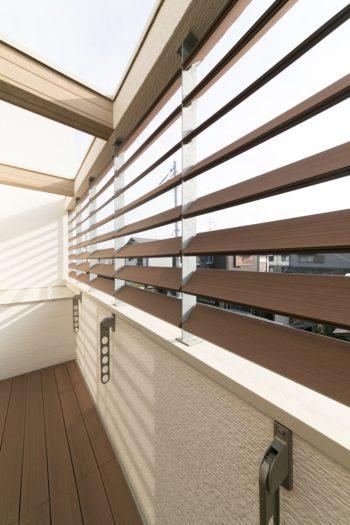 2階のベランダ。ルーバーを設け、採光とプライバシーを同時に確保。