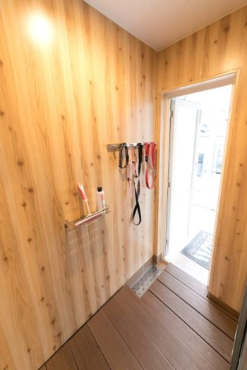 シャワーブースには、玄関脇の犬専用入り口から出入りできる。