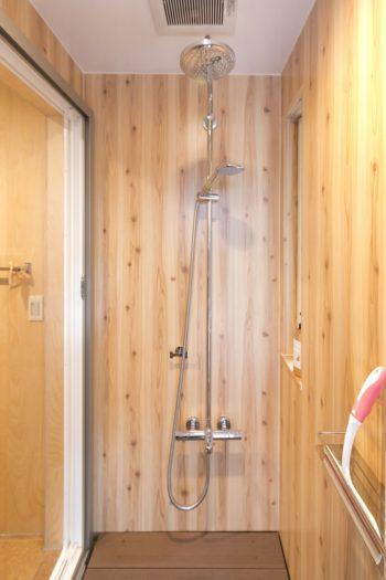 犬を洗うために設けたシャワーブース。「夏場は人間も使っていました(笑)」。