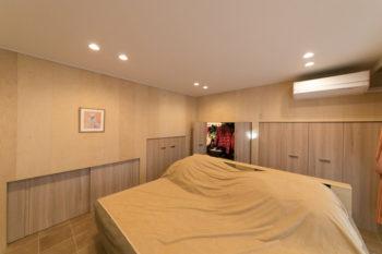 寝室の収納部分はスロープの下にあたるため、スロープの傾斜に合わせて高さが異なる。
