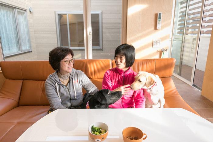 新しい家族になったドレミちゃんを優しく受け入れているリズムくん。お酒が好きな横田さん姉妹は、「犬も同伴で飲めるお店が増えるといいな(笑)」と。