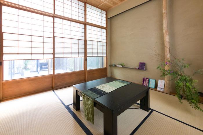中庭に面して設けた茶室には、京都の古建具屋さんの建具を使った。「いずれはここで茶事も行いたいですね」。裏庭で育った植物を飾って。