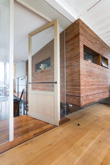 犀さんの趣味の道具の収納庫は、下部にスリットを設け浮遊感を出した。板張りがまた違う趣きを添える。