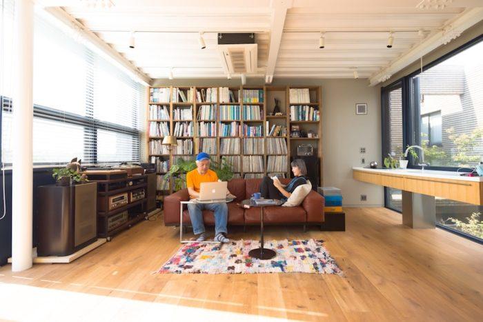 スタジオ CYの堀内犀さんと雪さん。アトリエ兼リビングでは犀さんが2000枚ほど所有するレコードを聴くことも。          おふたりの「多摩川の家」は見学も可能。気軽に連絡すれば、風通しのいい空間、心地よい素材感を実際に体感させてもらえる。