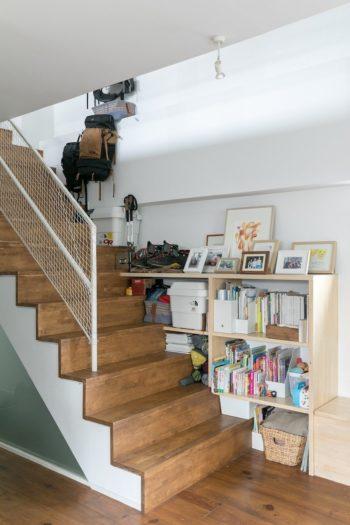 階段まわりは、収納と子どもたちの絵を飾るギャラリーを兼ねて使っている。