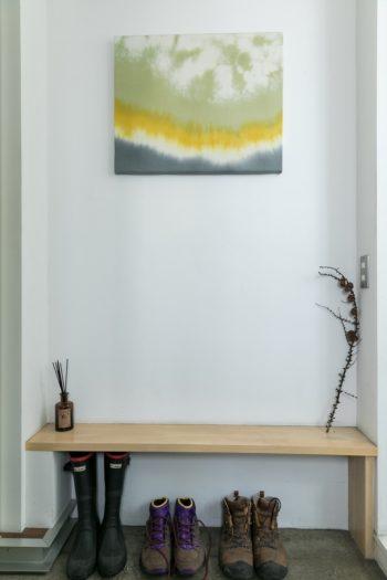 染色家でもある奥さんのテキスタイル作品が出迎える玄関。