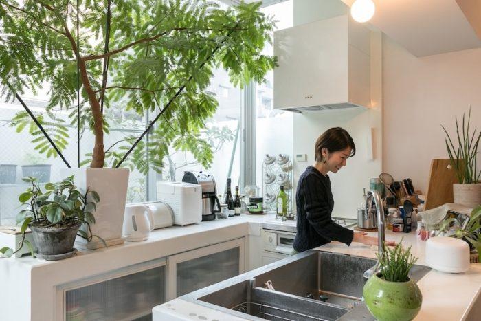 キッチンはコンクリート造に白い塗装。奥さんの要望は、シンクの洗いかごを天板より上に出したくなかったということで二層式に。かなりすっきりと見える。