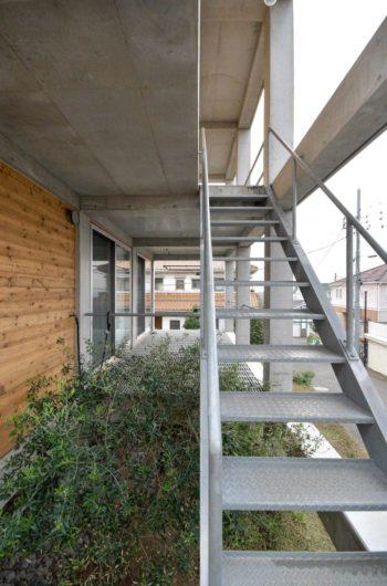 奥に1階ベランダ。右は2階へと上がる階段。