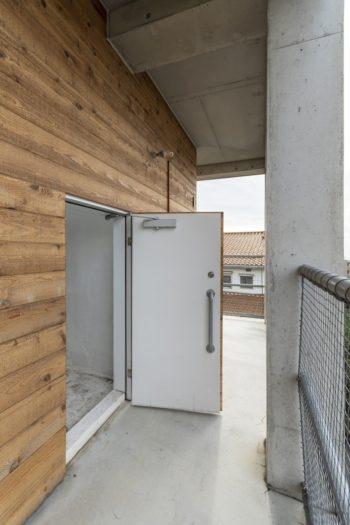 躙り口のような浴室への入口。サーフィン後に、下の外部シャワーと浴室の温水シャワーで砂を落としてからお風呂に入る。