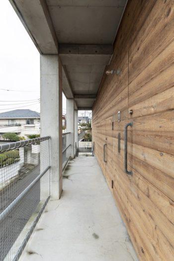 """手前が2階の玄関ドア。その隣に外から直接浴室に入れる入口がある。Yさんの希望でつくられた""""サーフィン動線""""だ。"""