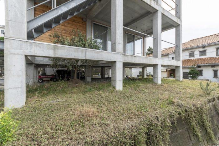 1階は地盤面よりも1.4m浮いている。そのため、家の下の地面も庭となって子どもたちの遊び場に。