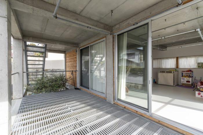 1階はいったん2階に上がってから階段で下る。手前のベランダ部分には将来、木製の居住スペースを増築することも可能だ。