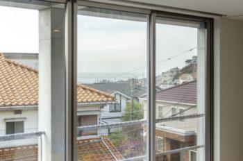 2階の窓からは鎌倉の海が見える。