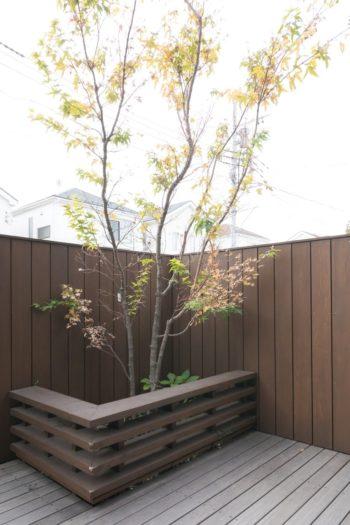 植栽の囲いは犬が粗相やいたずらをしないように取り付けた。ベンチとしても活躍。