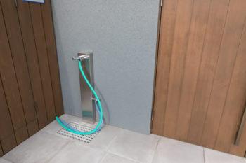 玄関脇にはお湯も出る混合水栓を設置。散歩から戻ると、犬の足をここですぐに洗えて便利。