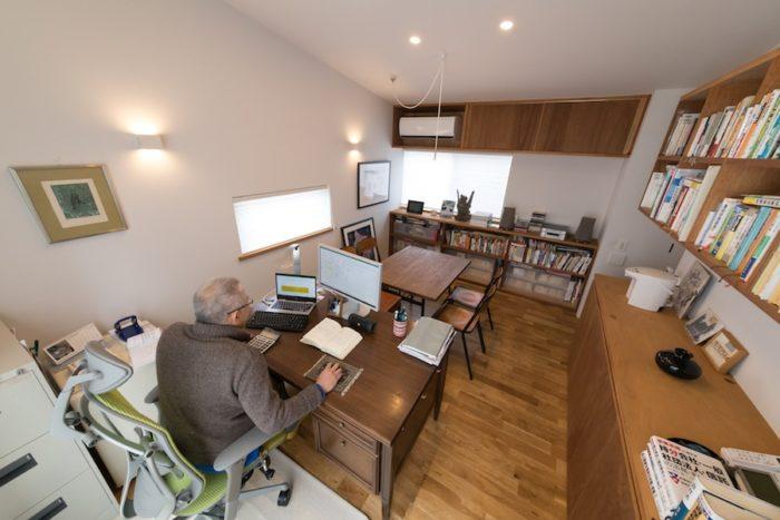 2階の事務所スペース。「社長みたいで面白いでしょ」と、壁ではなく中央に向かって座るご主人。