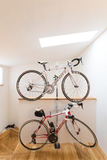ロードバイクをディスプレイ。天窓からの差し込む光がスポットライトのよう。