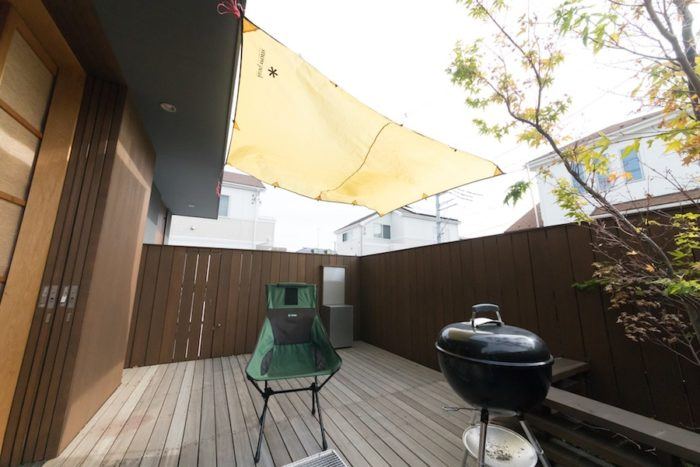 デッキテラスでのバーベキューが好評。日差しが気になるときはタープを張れば快適!