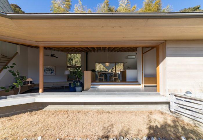庇を深く設け、日本家屋の風情と合理性を実現。南からの暖かい日が差し込む。