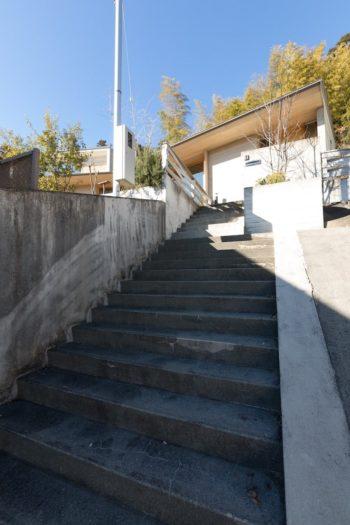 階段を30段ほど登ったところに建つ。裏手には神社が祀られる。