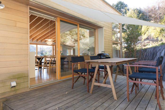裏手の竹林側にはテラスを設けた。キッチンのすぐ脇に位置し、BBQなどの準備にも便利。