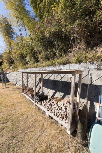 テラスからつながる庭は、子供たちの遊び場。薪ストーブ用の薪もストック。