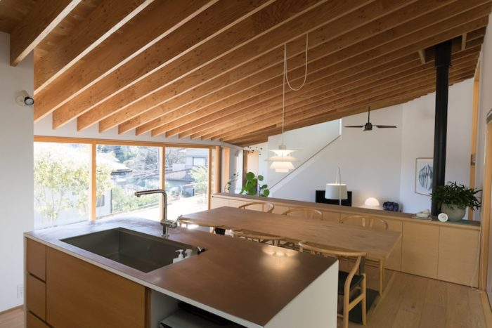 キッチンからLDKが一望できる。家族で調理ができるよう、広めのサイズをリクエスト。