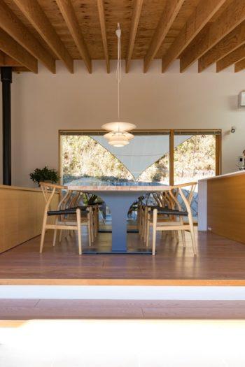 大きなダイニングテーブルは、鉄骨の脚を望月さんがデザイン。上に天板を載せ、真横から見ると「木」の形に。