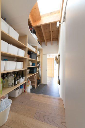キッチンの裏にある大容量のパントリー。玄関側からも入ることができ、買物から帰ってきたときに便利。