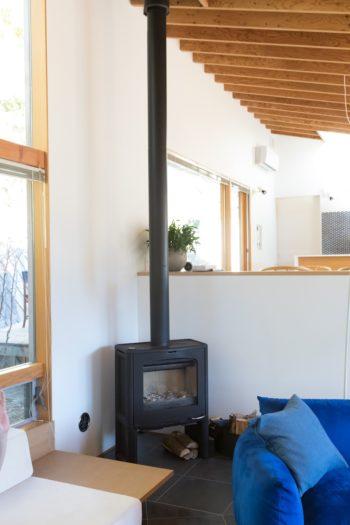 望月さんがこだわった北欧の薪ストーブが鎮座。温水式床暖房と薪ストーブで真冬も温かく過ごせるそう。