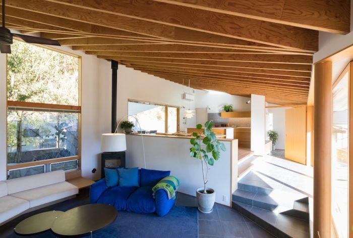 リビングは低い位置に。ソファーに座ると外の景色も違った見え方に。「arflex」で購入したソファーは、好きな青のカラーをセレクト。