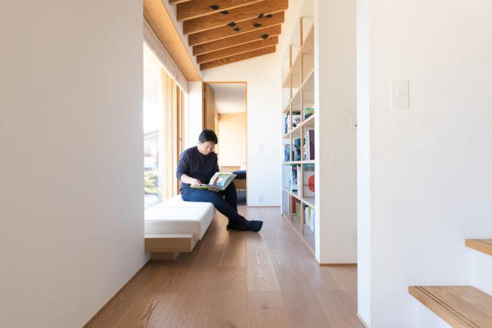 ベッドルームにつながる廊下には、本棚とソファーを設置して読書コーナーを。「好きなときに好きなように過ごせる居場所を作っておきたいんです」。