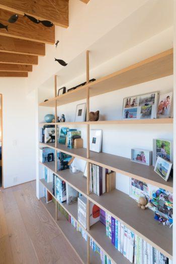 本棚には建築の本やお子さんの絵本、家族の写真など。日溜まりのように暖かいスペース。